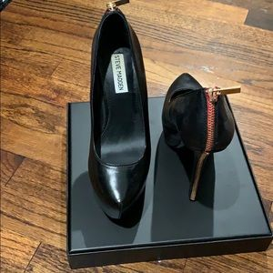 Steve Madden black leather pumps w sexy red zipper